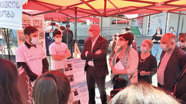 USAID's Peter Wiebler meets the Shida Kartli civics club students