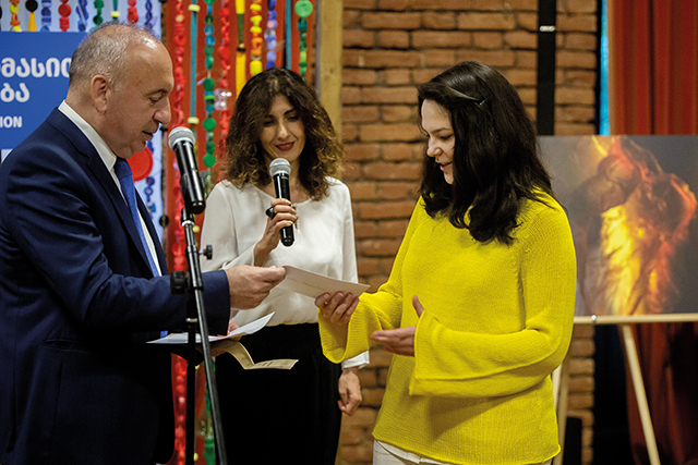 Anano Mtschedlishvili is handed her second place prize by Solomon Pavliashvili, Deputy Minister of the Ministry of Environmental Protection and Agriculture
